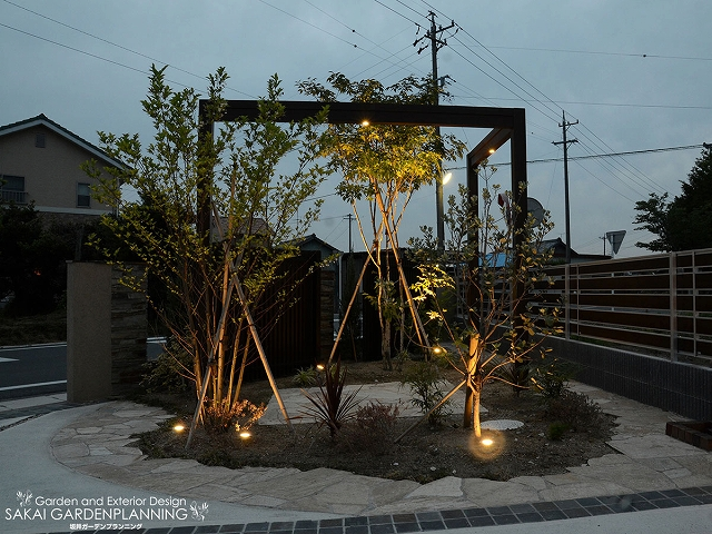 広い駐車スペースを照らす灯り ㈱坂井ガーデンプランニング 浜松市M様邸 Spectacular garden lighting by lighting professionals. Enjoy a dramatic, romantic, even mysterious scene comparing to a day time.