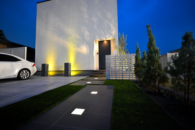 アーティスティック・シルエット  有限会社フィールド 群馬県 個人邸 Spectacular garden lighting by lighting professionals. Enjoy a dramatic, romantic, even mysterious scene comparing to a day time.