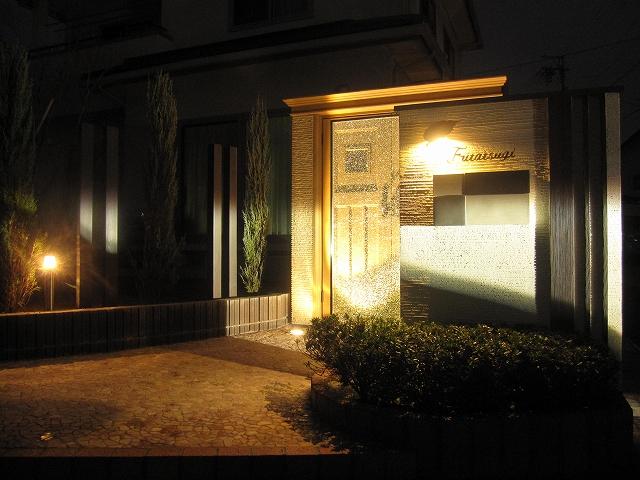 夜見せるエクステリア 株式会社トレド 長野県 二木様邸 Spectacular garden lighting by lighting professionals. Enjoy a dramatic, romantic, even mysterious scene comparing to a day time.