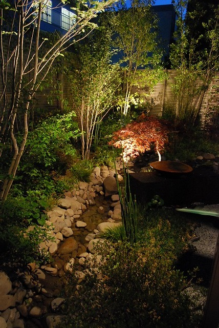 流れのある雑木の庭 LUCCA 末澤緑地株式会社 広島県F様邸 Spectacular garden lighting by lighting professionals. Enjoy a dramatic, romantic, even mysterious scene comparing to a day time.