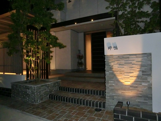 光と影の共演 ガーデンギャラリー・タケウチ 熊本乃庭 熊本県N様邸 Spectacular garden lighting by lighting professionals. Enjoy a dramatic, romantic, even mysterious scene comparing to a day time.