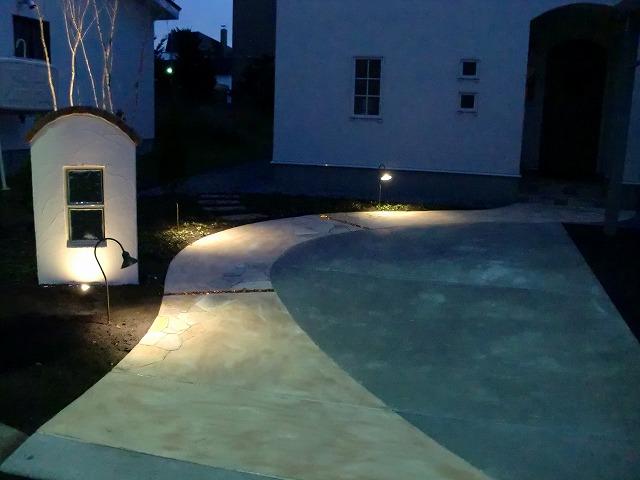 光に包まれて 平間造園株式会社 北海道T様邸 Spectacular garden lighting by lighting professionals. Enjoy a dramatic, romantic, even mysterious scene comparing to a day time.