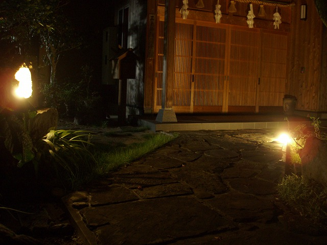 和の光 緑化工房 あうとてり家 さかい 愛媛県O様邸 Spectacular garden lighting by lighting professionals. Enjoy a dramatic, romantic, even mysterious scene comparing to a day time.