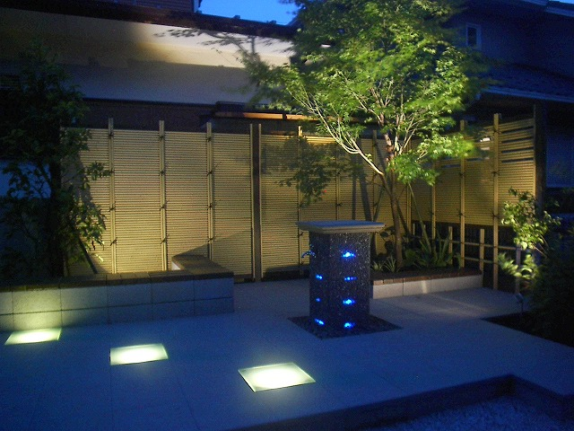 芝とモダン和風テラスの庭 有限会社木下庭園管理 神奈川県Y様邸 Spectacular garden lighting by lighting professionals. Enjoy a dramatic, romantic, even mysterious scene comparing to a day time.