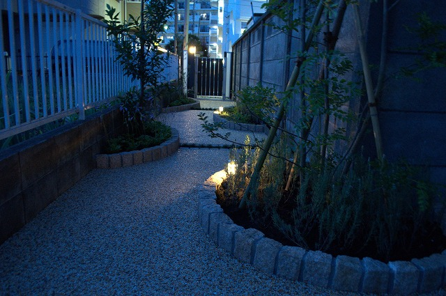 狭小地をたのしく照らす DESIGNWORKS 東京都N様邸 Spectacular garden lighting by lighting professionals. Enjoy a dramatic, romantic, even mysterious scene comparing to a day time.