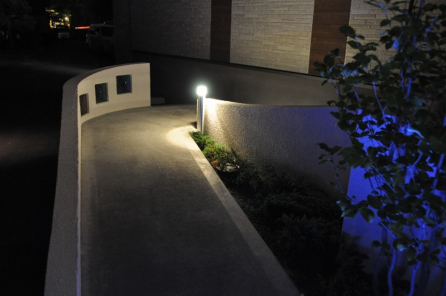スタイリッシュに照らす 庭屋 GARDEN STUDIO SHALES 福井県N様邸 Spectacular garden lighting by lighting professionals. Enjoy a dramatic, romantic, even mysterious scene comparing to a day time.