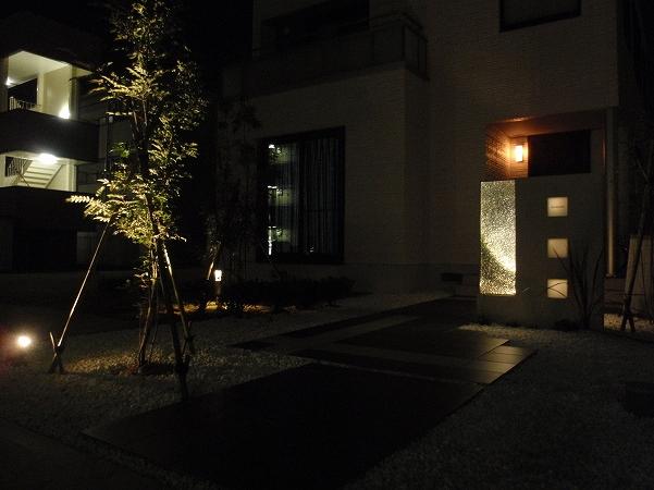ガラスの繊細さを演出 エクステリア&ガーデン ZAT 富山県Ⅰ様邸 Spectacular garden lighting by lighting professionals. Enjoy a dramatic, romantic, even mysterious scene comparing to a day time.