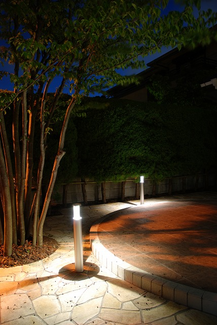 ポールライトをアクセントに 大洋グリーンライフ株式会社 神奈川県A様邸 Spectacular garden lighting by lighting professionals. Enjoy a dramatic, romantic, even mysterious scene comparing to a day time.