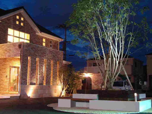 多彩な光 アートクラフト株式会社 展示場 Spectacular garden lighting by lighting professionals. Enjoy a dramatic, romantic, even mysterious scene comparing to a day time.