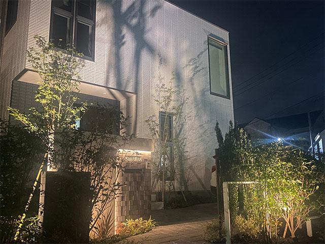 建物の外壁に合わせたオリジナルファサード 株式会社LAND-H.A.G 神奈川県N様邸 Spectacular garden lighting by lighting professionals. Enjoy a dramatic, romantic, even mysterious scene comparing to a day time.