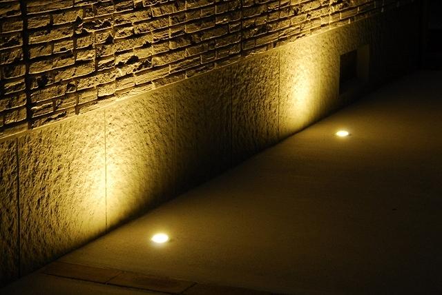 奥行感のある光 株式会社内池工業 福島県T様邸 Spectacular garden lighting by lighting professionals. Enjoy a dramatic, romantic, even mysterious scene comparing to a day time.