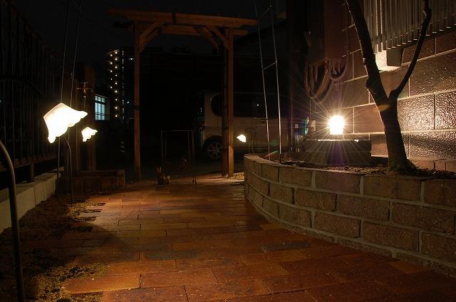 レンガの小道を優しくライティング Field Grass [フィールドグラス] 京都府H様邸 Spectacular garden lighting by lighting professionals. Enjoy a dramatic, romantic, even mysterious scene comparing to a day time.