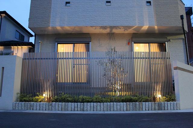 南国リゾートを感じる癒しの空間 株式会社双美 埼玉県K様邸 Spectacular garden lighting by lighting professionals. Enjoy a dramatic, romantic, even mysterious scene comparing to a day time.