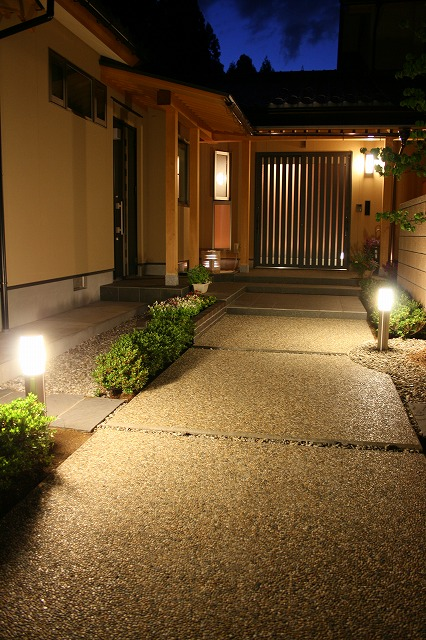 和モダンクローズ外構の明り グリーンステージ 福井県T様邸 Spectacular garden lighting by lighting professionals. Enjoy a dramatic, romantic, even mysterious scene comparing to a day time.