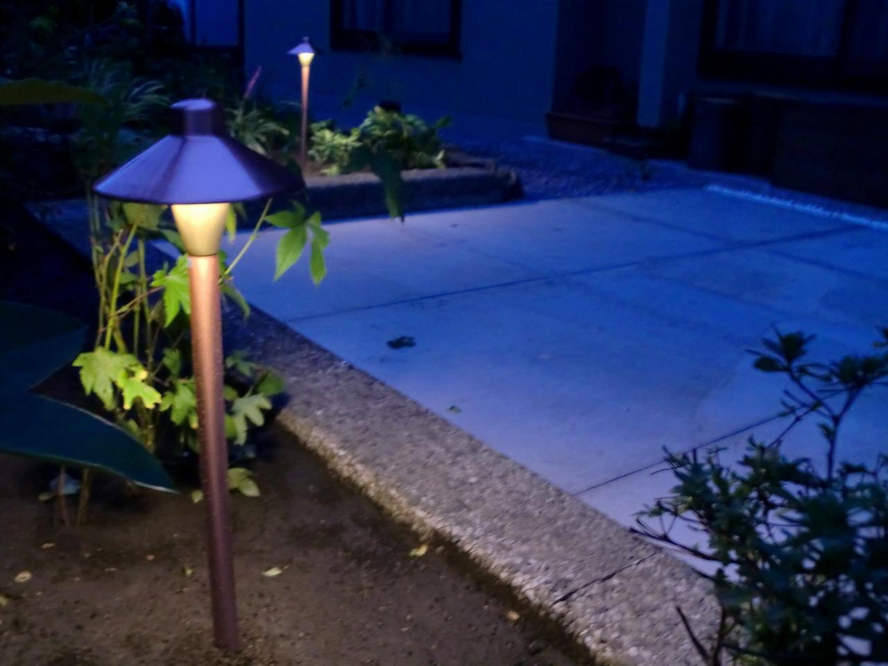 """テラス""""照らす"""" 平間造園株式会社 北海道K様邸 Spectacular garden lighting by lighting professionals. Enjoy a dramatic, romantic, even mysterious scene comparing to a day time."""