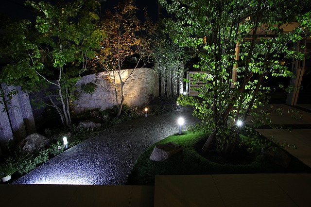 リゾート風ガーデン ASAHI-GARDEN 兵庫県M様邸 Spectacular garden lighting by lighting professionals. Enjoy a dramatic, romantic, even mysterious scene comparing to a day time.
