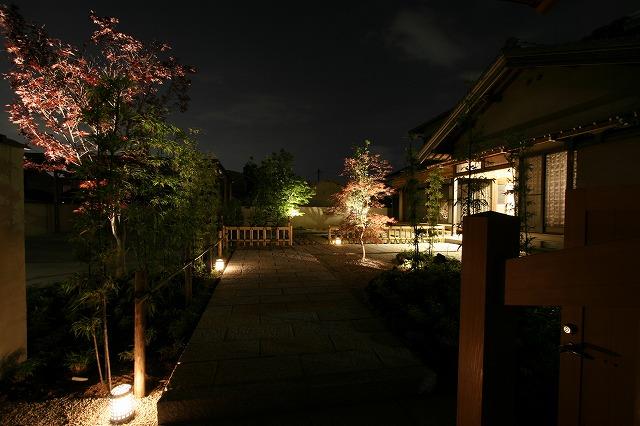 シャッターボックスに組み付け 庭遊館 岐阜県 田中様邸 Spectacular garden lighting by lighting professionals. Enjoy a dramatic, romantic, even mysterious scene comparing to a day time.
