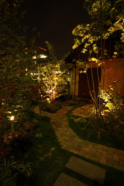 ペットもやすらぐやさしいお庭 株式会社樽井造園 大阪府S様邸 Spectacular garden lighting by lighting professionals. Enjoy a dramatic, romantic, even mysterious scene comparing to a day time.