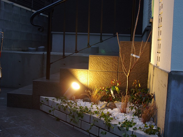 シンプル&カフェスタイル 緑化工房 あうとてり家 さかい 愛媛県S様邸 Spectacular garden lighting by lighting professionals. Enjoy a dramatic, romantic, even mysterious scene comparing to a day time.