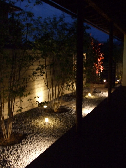 夜の癒しの庭 株式会社グリーンプロジェクト 小松市 子供の育つ家 Spectacular garden lighting by lighting professionals. Enjoy a dramatic, romantic, even mysterious scene comparing to a day time.