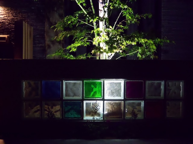 カクテルカラーガラスライティング 緑木midorigi 佐賀県T様邸 Spectacular garden lighting by lighting professionals. Enjoy a dramatic, romantic, even mysterious scene comparing to a day time.