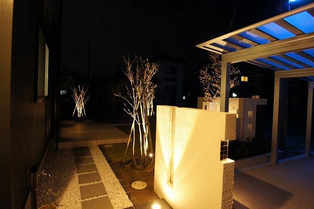 光で迎えるエントランス ラーバンテック 新潟県A様邸 Spectacular garden lighting by lighting professionals. Enjoy a dramatic, romantic, even mysterious scene comparing to a day time.