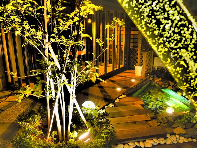 気泡が煌く庭 株式会社フジエクステリア 千葉県T様邸 Spectacular garden lighting by lighting professionals. Enjoy a dramatic, romantic, even mysterious scene comparing to a day time.