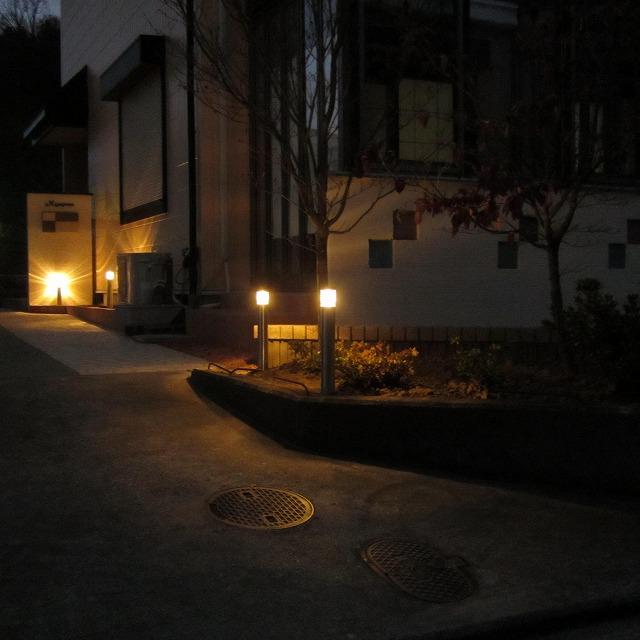 アプローチを照らす灯り 株式会社トレド 長野県M様邸 Spectacular garden lighting by lighting professionals. Enjoy a dramatic, romantic, even mysterious scene comparing to a day time.