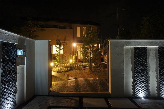 暖と冷の照明コラボ 京阪グリーン株式会社 滋賀県H様邸 Spectacular garden lighting by lighting professionals. Enjoy a dramatic, romantic, even mysterious scene comparing to a day time.