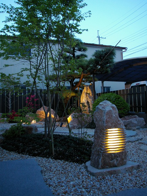 現代風和風庭園とその外構 京阪グリーン株式会社 滋賀県 青山様邸 Spectacular garden lighting by lighting professionals. Enjoy a dramatic, romantic, even mysterious scene comparing to a day time.