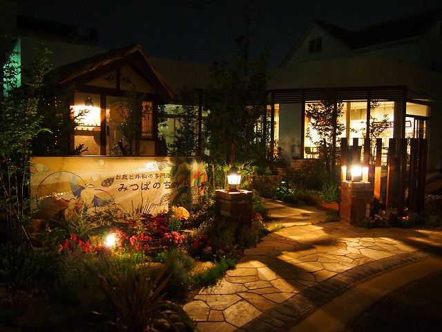 ノスタルジックな庭 LEONE 愛知県 みつばのちから みなと店 Spectacular garden lighting by lighting professionals. Enjoy a dramatic, romantic, even mysterious scene comparing to a day time.