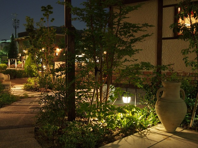 ノスタルジックな庭 LEONE 店舗 Spectacular garden lighting by lighting professionals. Enjoy a dramatic, romantic, even mysterious scene comparing to a day time.