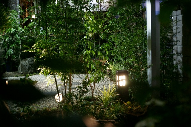 和洋融合のお庭 山創建設株式会社 神奈川県A様邸 Spectacular garden lighting by lighting professionals. Enjoy a dramatic, romantic, even mysterious scene comparing to a day time.