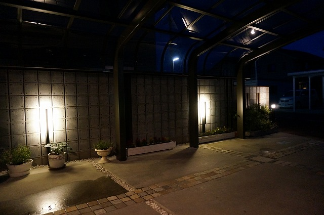 ウォールライティング シン・エクステリア 新潟県M様邸 Spectacular garden lighting by lighting professionals. Enjoy a dramatic, romantic, even mysterious scene comparing to a day time.