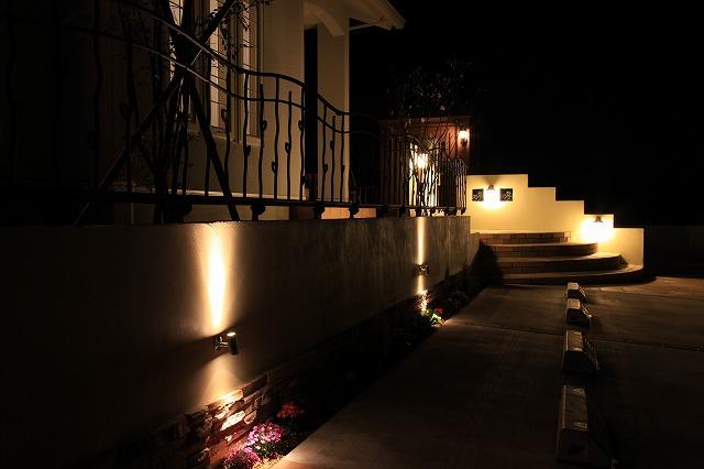 南欧風のエントランスライティング (有)ソーケンサービス 静岡県 個人邸 Spectacular garden lighting by lighting professionals. Enjoy a dramatic, romantic, even mysterious scene comparing to a day time.