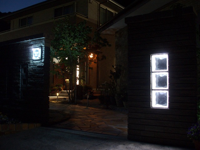 個性的なガーデニングの家 緑化工房 あうとてり家 さかい 愛媛県S様邸 Spectacular garden lighting by lighting professionals. Enjoy a dramatic, romantic, even mysterious scene comparing to a day time.