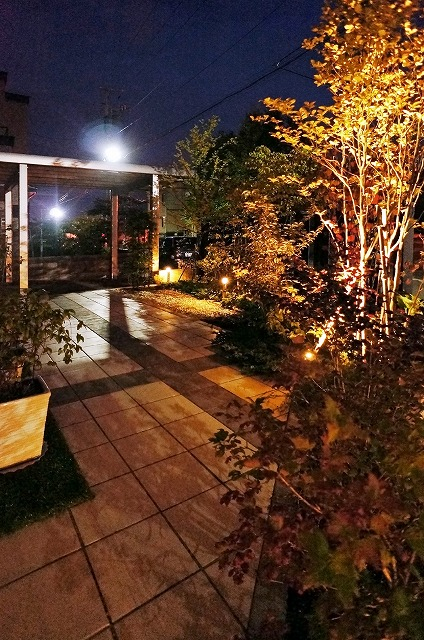 植栽を照らすモダンライティング 株式会社ライフスタイル 北海道T様邸 Spectacular garden lighting by lighting professionals. Enjoy a dramatic, romantic, even mysterious scene comparing to a day time.