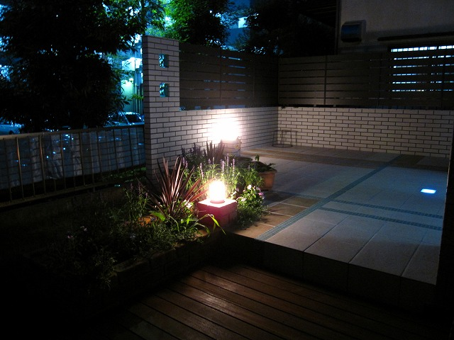 ガラスブロックの妖艶な光 Rise Exterior 東京都O様邸 Spectacular garden lighting by lighting professionals. Enjoy a dramatic, romantic, even mysterious scene comparing to a day time.