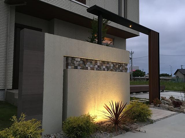 デザインウォールに映えるアップライト照明 ダイエー商事株式会社 富山県S様邸 Spectacular garden lighting by lighting professionals. Enjoy a dramatic, romantic, even mysterious scene comparing to a day time.
