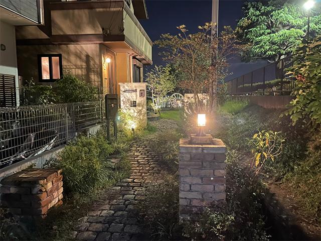 欧州風石畳を温かくテラスライティング 株式会社LAND-H.A.G 神奈川県H様邸 Spectacular garden lighting by lighting professionals. Enjoy a dramatic, romantic, even mysterious scene comparing to a day time.