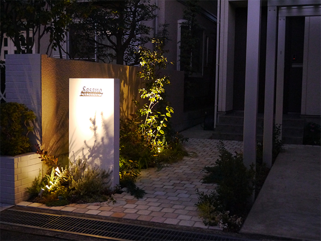 石畳のアプローチ 株式会社エフ 石川県S様邸 Spectacular garden lighting by lighting professionals. Enjoy a dramatic, romantic, even mysterious scene comparing to a day time.