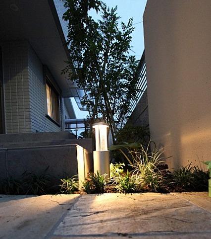 ブラウンアイボリーを基調にした角地のセミオープン外構 株式会社アトラスホーム 神奈川県Y様邸 Spectacular garden lighting by lighting professionals. Enjoy a dramatic, romantic, even mysterious scene comparing to a day time.