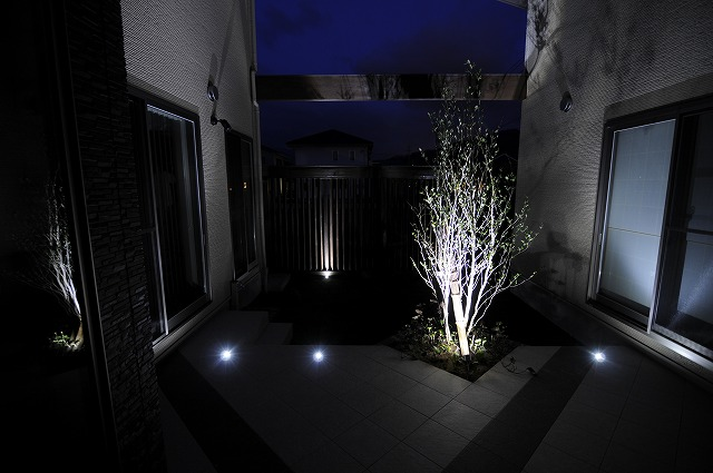 中庭のシンプルライティング 株式会社リバーフォレスト 石川県A様邸 Spectacular garden lighting by lighting professionals. Enjoy a dramatic, romantic, even mysterious scene comparing to a day time.