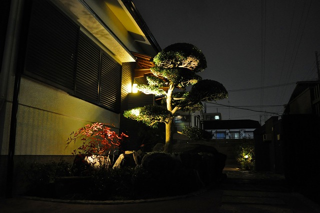 風格のある門構え 株式会社樽井造園 大阪府M様邸 Spectacular garden lighting by lighting professionals. Enjoy a dramatic, romantic, even mysterious scene comparing to a day time.