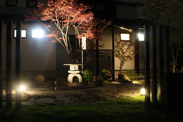 つつしみの中の灯火 ASAHI-GARDEN 兵庫県M様邸 Spectacular garden lighting by lighting professionals. Enjoy a dramatic, romantic, even mysterious scene comparing to a day time.