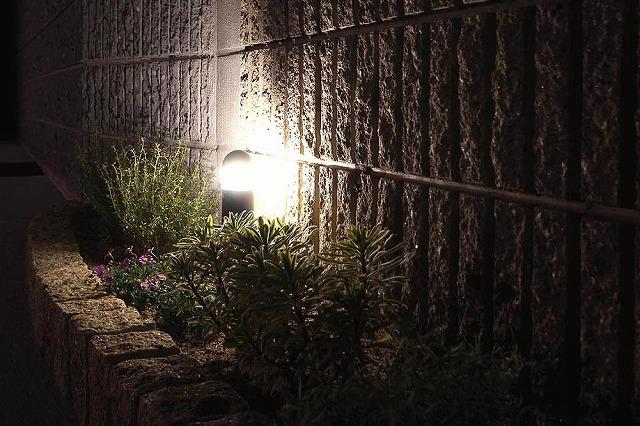 玄関先でホッと和むライティング EARTH GARDEN 和歌山県O様邸 Spectacular garden lighting by lighting professionals. Enjoy a dramatic, romantic, even mysterious scene comparing to a day time.