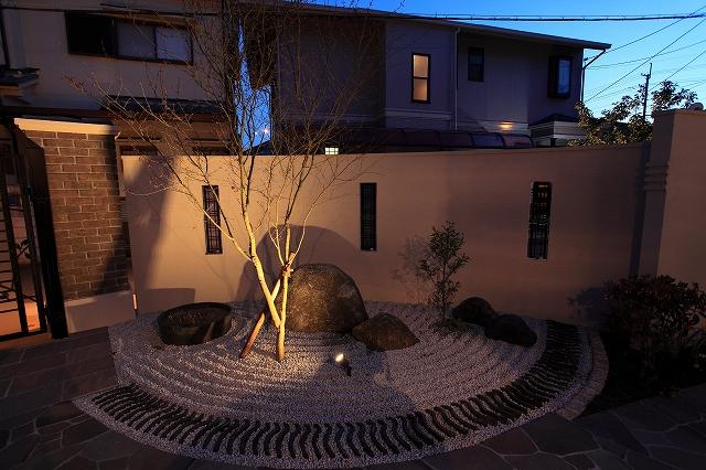 枯山水のある我が家 ハンワホームズ株式会社 大阪府N様邸 Spectacular garden lighting by lighting professionals. Enjoy a dramatic, romantic, even mysterious scene comparing to a day time.