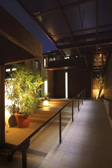 お出迎えの灯り 株式会社あしだ 京都府A様邸 Spectacular garden lighting by lighting professionals. Enjoy a dramatic, romantic, even mysterious scene comparing to a day time.