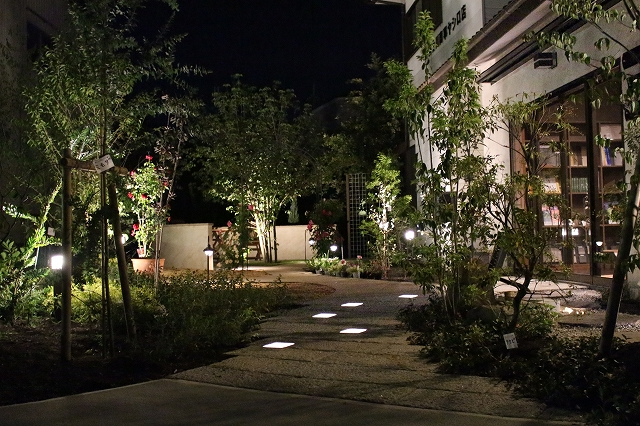 幻想的な夜の空間を演出 Gardensutudio庭楽館 兵庫県A様邸 Spectacular garden lighting by lighting professionals. Enjoy a dramatic, romantic, even mysterious scene comparing to a day time.