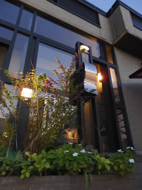 黒を引き立てる光 Ququri 石川県S様邸 Spectacular garden lighting by lighting professionals. Enjoy a dramatic, romantic, even mysterious scene comparing to a day time.